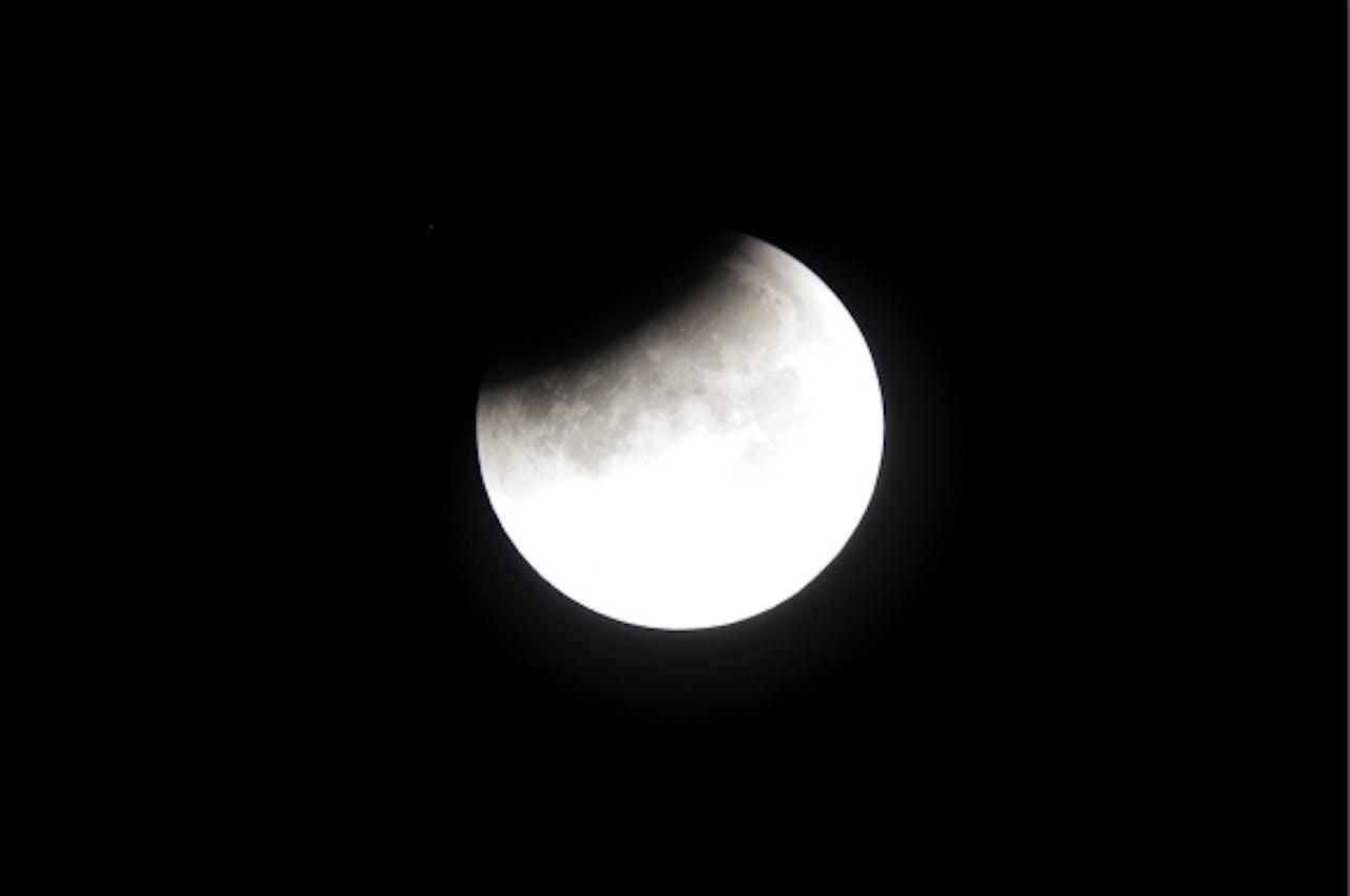 Schaduw van de aarde schuift langzaam voor de maan. Foto: ANP
