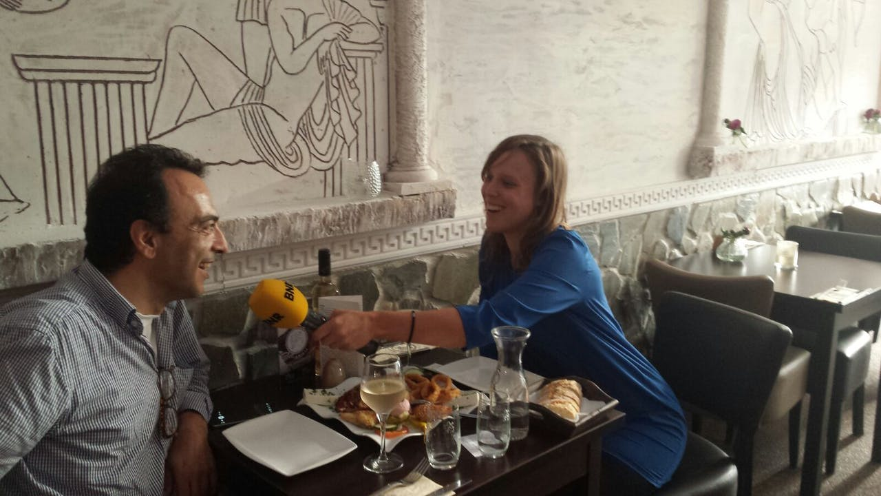 Renee van Heteren spreekt met de Griekse voedselwarenimporteur Alexander Vrionakis