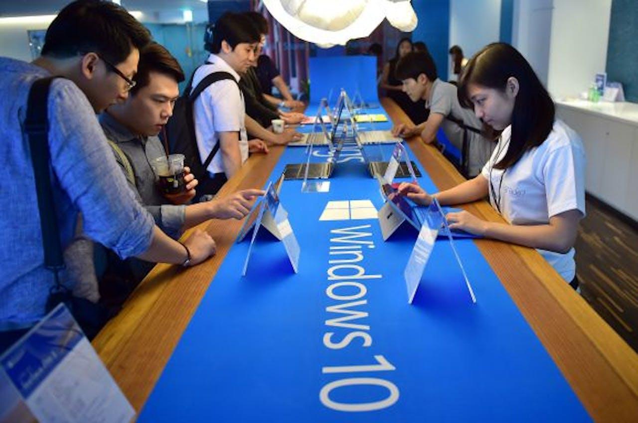 Foto ANP / Bezoekers testen Windows 10 in Seoul.