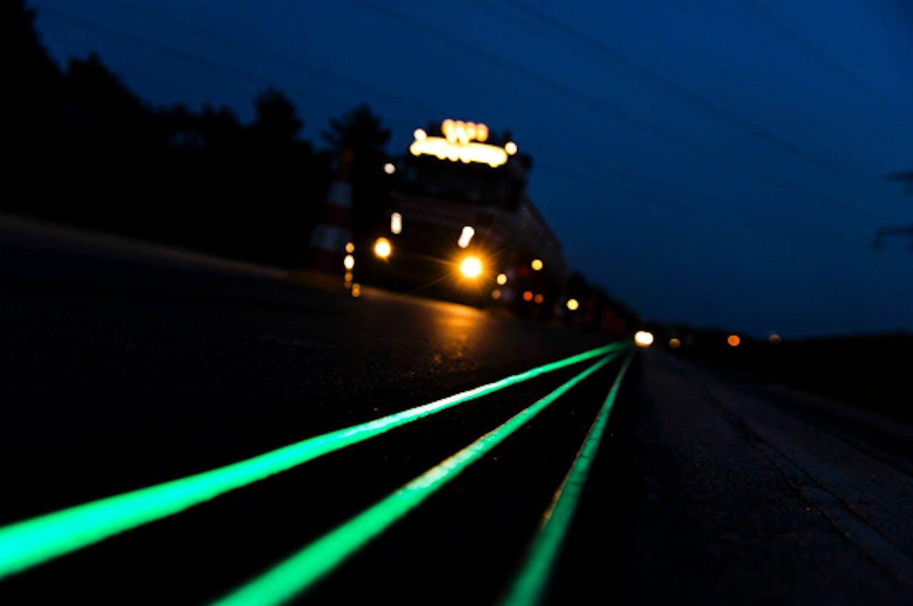 Foto: ANP - Lichtgevende lijnen op de N329. De wegmarkeringen absorberen overdag licht en geven dit in het donker weer af