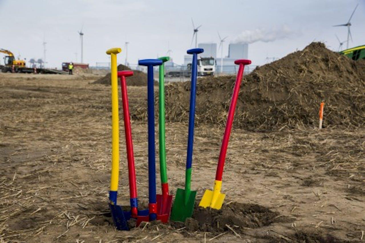 Scheppen in de kleuren van Google op de plek waar het concern investeert in een gigantisch datacenter in de Eemshaven. ANP