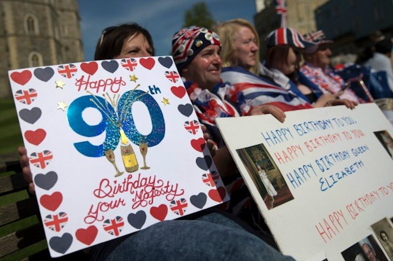 Fans van Queen Elizabeth vieren haar verjaardag. Foto ANP