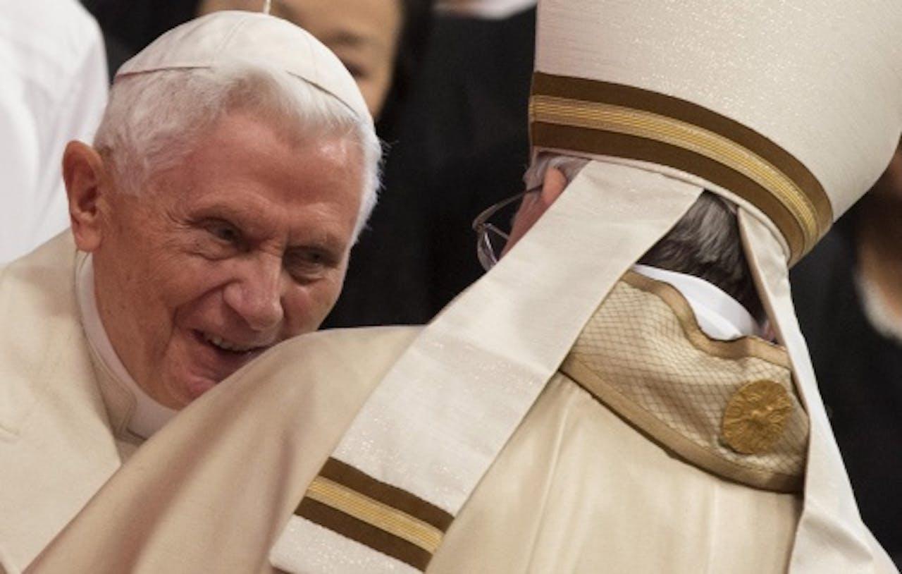 EPA Paus Franciscus (met rug naar de camera) begroet zijn voorganger Benedictus de 16e.