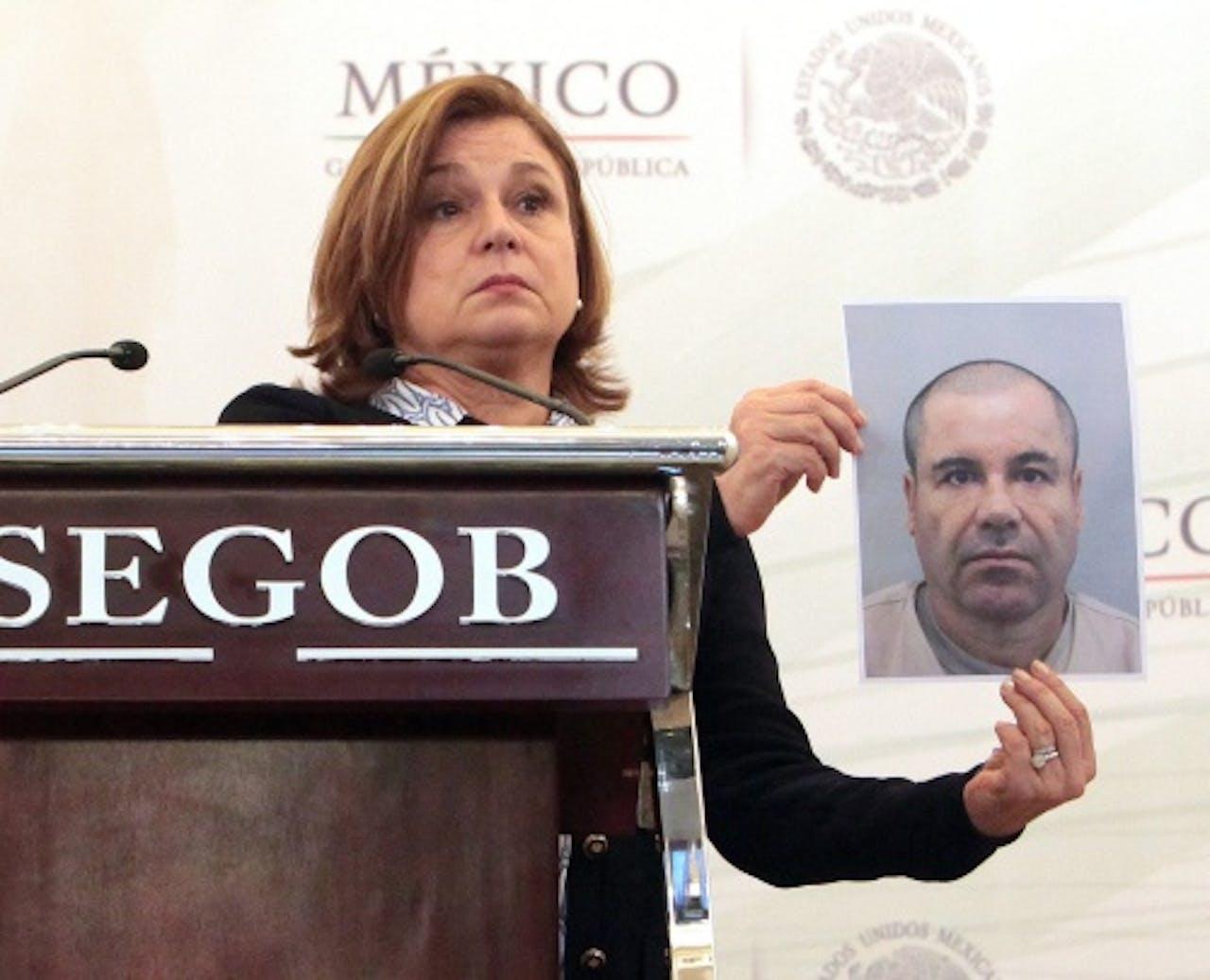 De Mexicaanse hoofdaanklager laat een foto zien van 'El Chapo' (EPA)