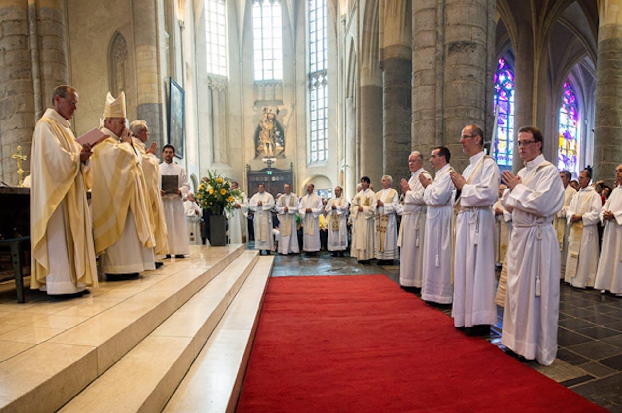 Vier priesters worden door Bisschop Wiertz gewijd in de Sint-Christoffelkathedraal in Roermond.