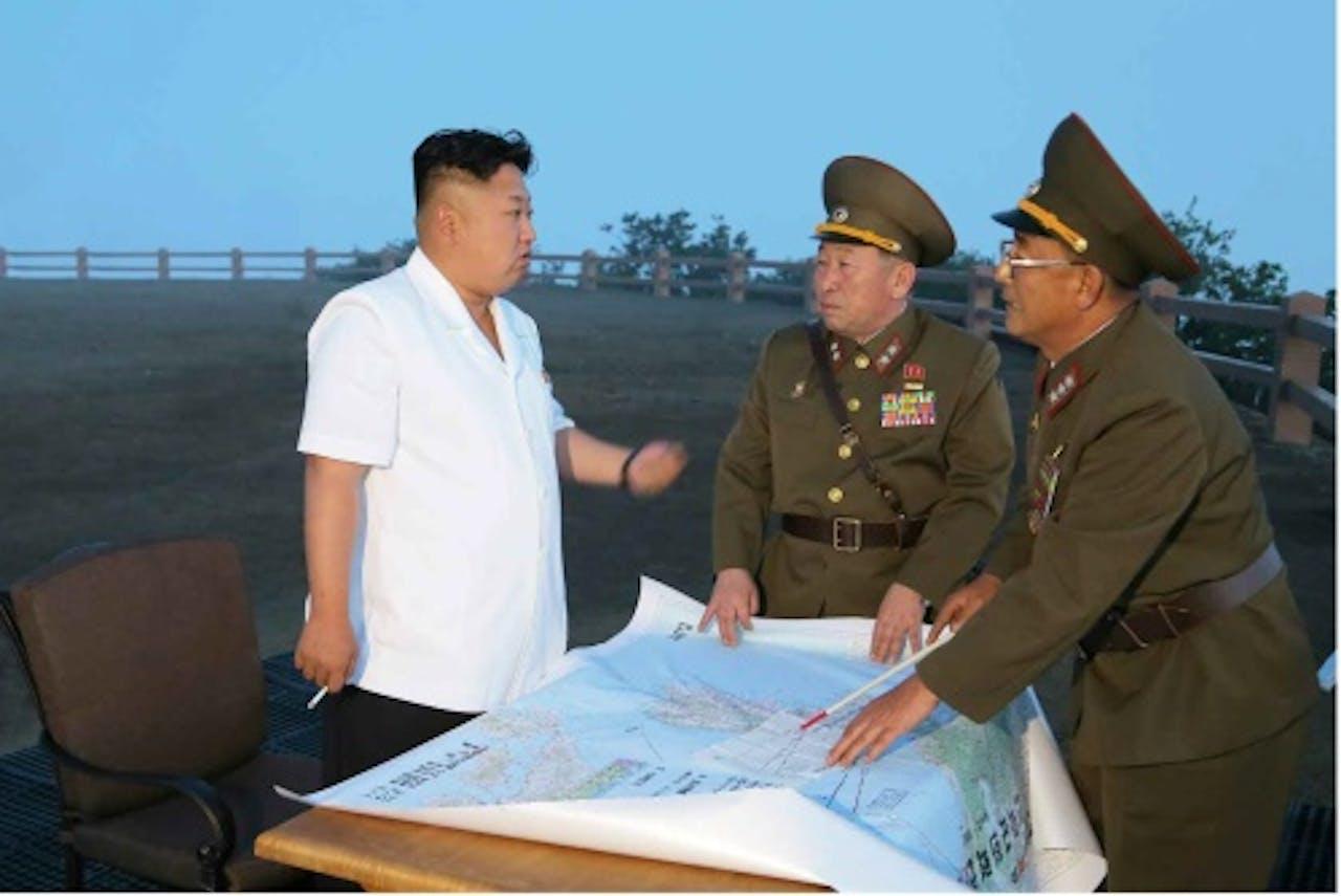 Kim Jong-un van Noord-Korea met militaire leiders. EPA
