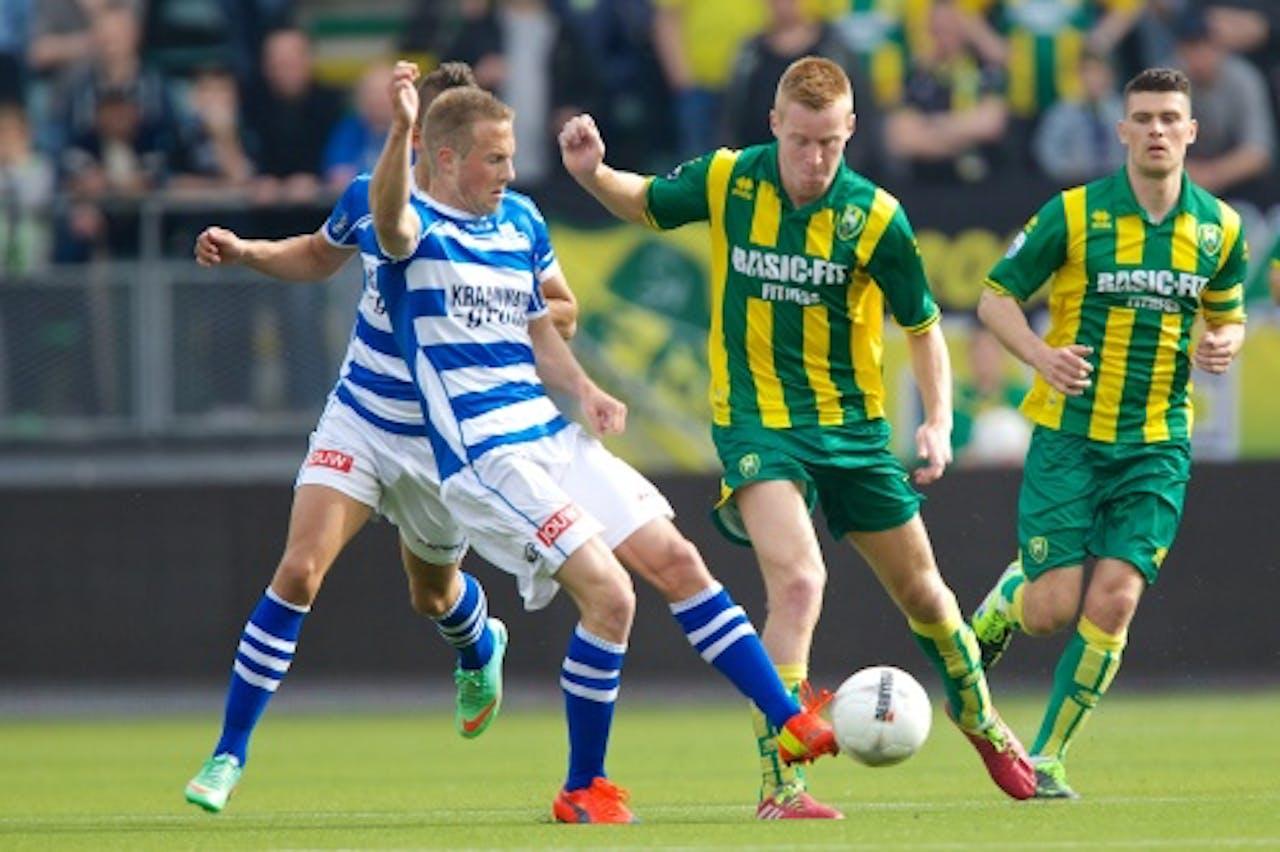 Stef Nijland (L) van PEC Zwolle in duel met Mike van Duinen (R) van ADO Den Haag. ANP PRO SHOTS