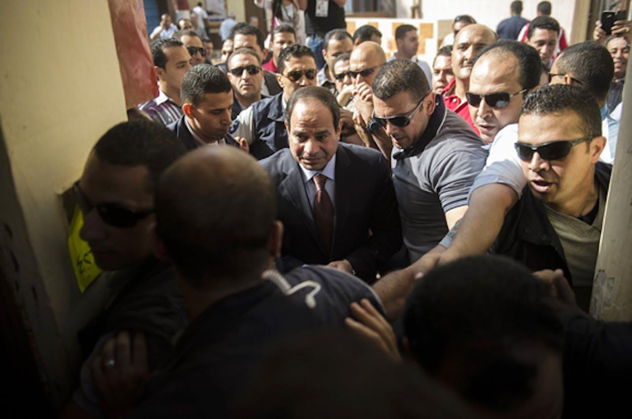 Presidentskandidaat al-Sisi baant zich een weg naar het stembureau