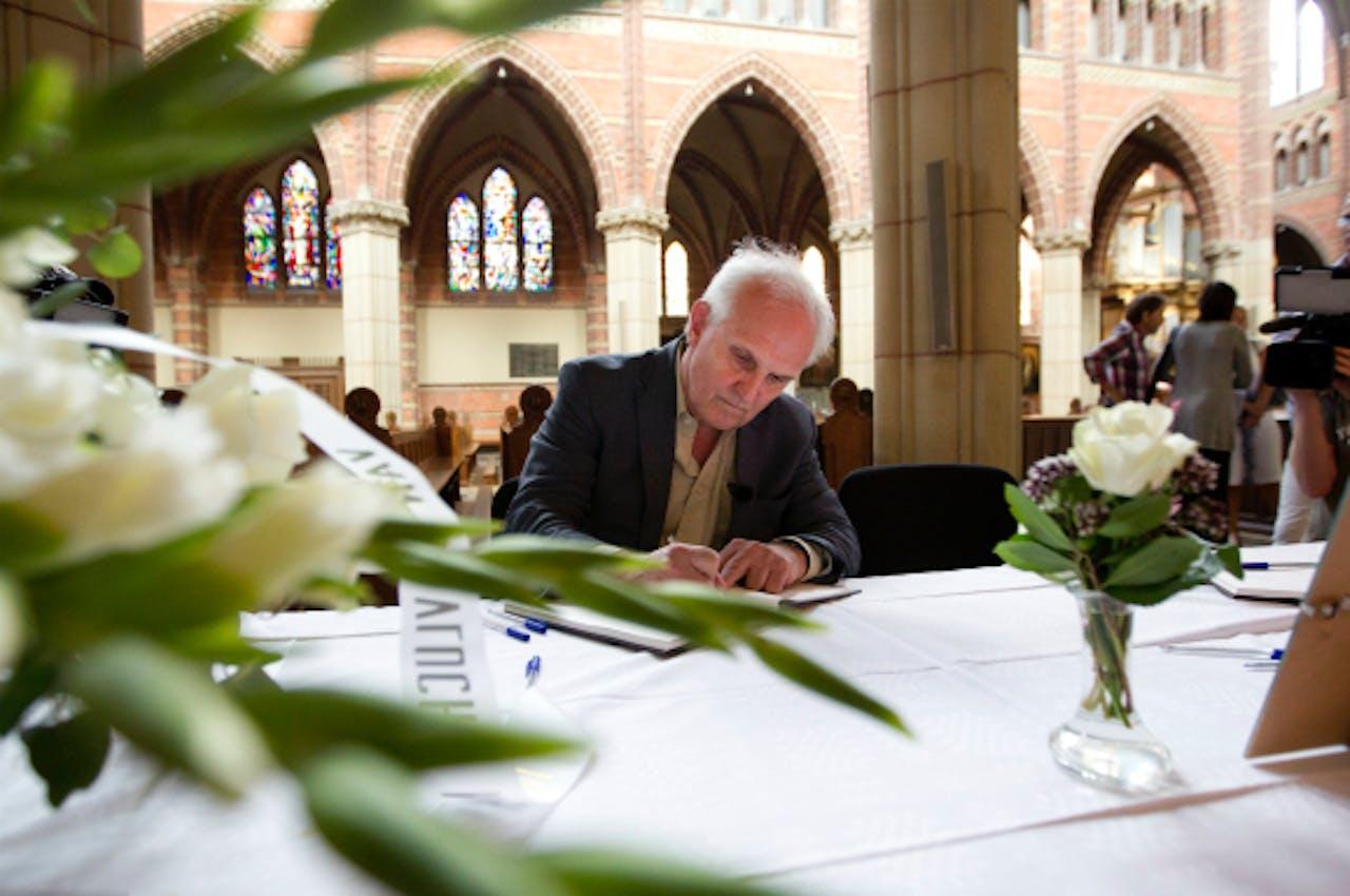 Pieter Broertjes tekent het condoleanceregister voor de slachtoffers
