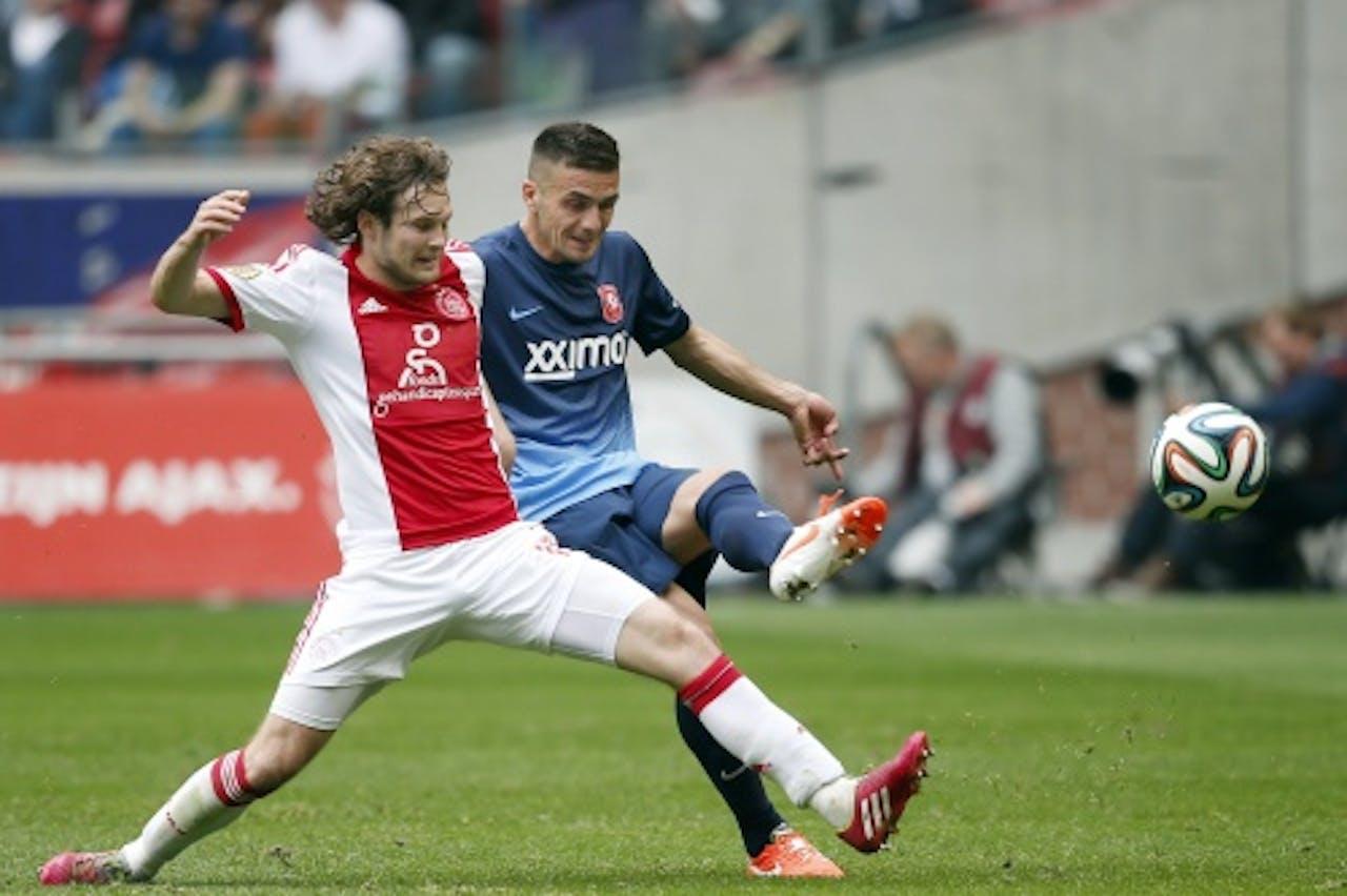 Daley Blind (L) van Ajax in duel met Dusan Tadic (R) van FC Twente. ANP PRO SHOTS