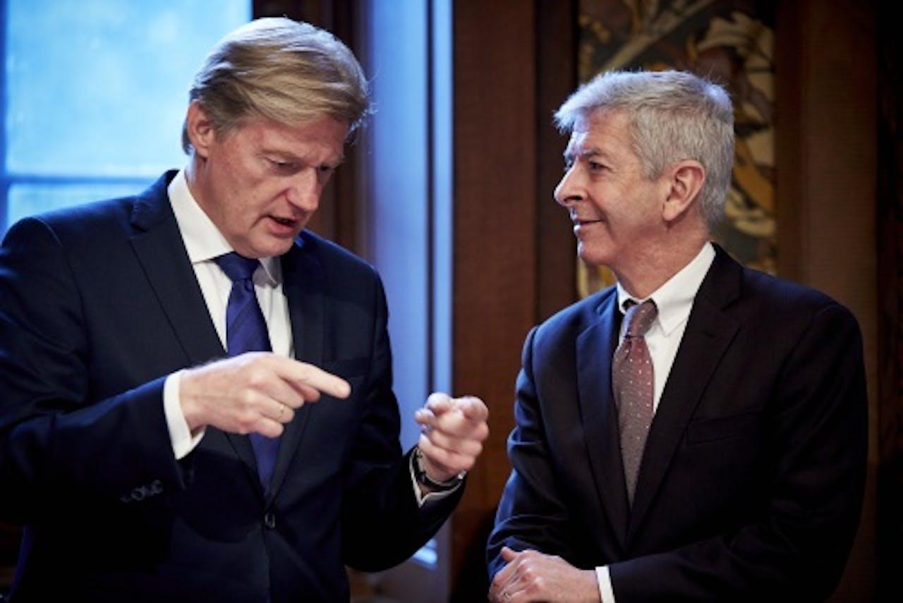 Martin van Rijn (L) en minister Ronald Plasterk. ANP