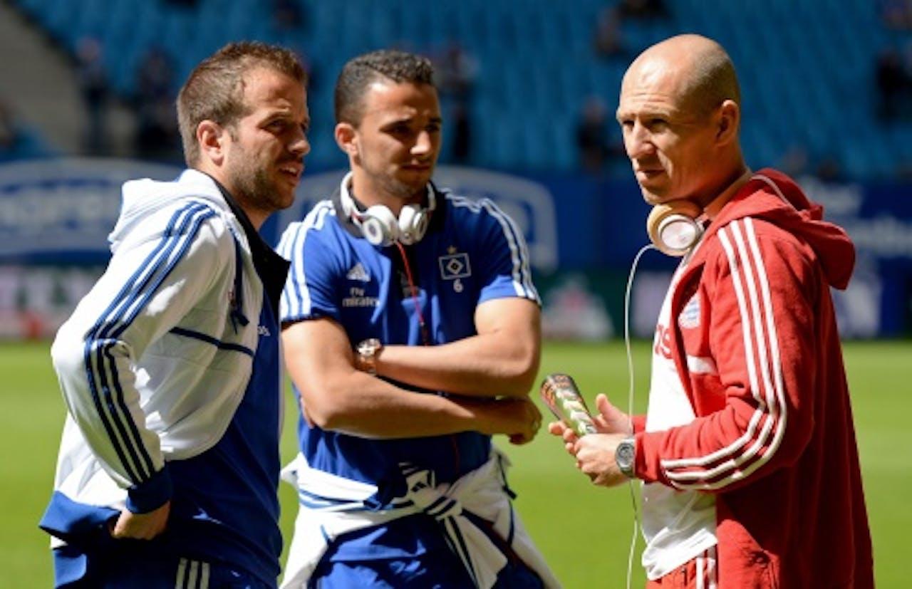 Ouasim Bouy (M) met Robben en Van der Vaart. EPA