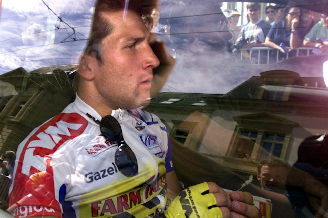 Jeroen Blijlevens in de ploegleidersauto nadat hij in 1998 uit de Tour is gestapt.