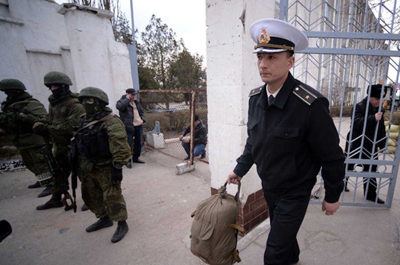 Een Oekraïense officier verlaat de marinebasis in Novoozerne.