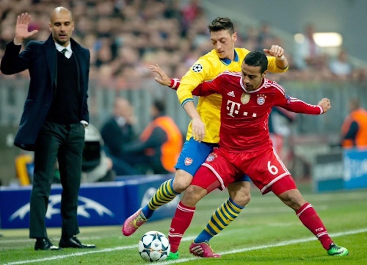 Thiago Alcantara (R) van Bayern in duel met Mesut Özil van Arsenal. EPA