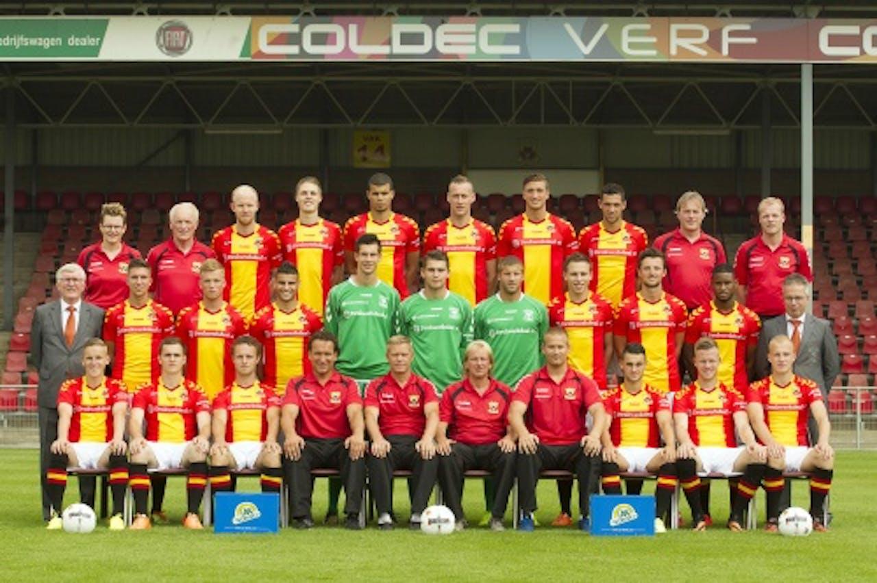 Go Ahead Eagles-speler Bart Vriends (L) in duel met Giovanni Korte van FC Dordrecht (EPA)