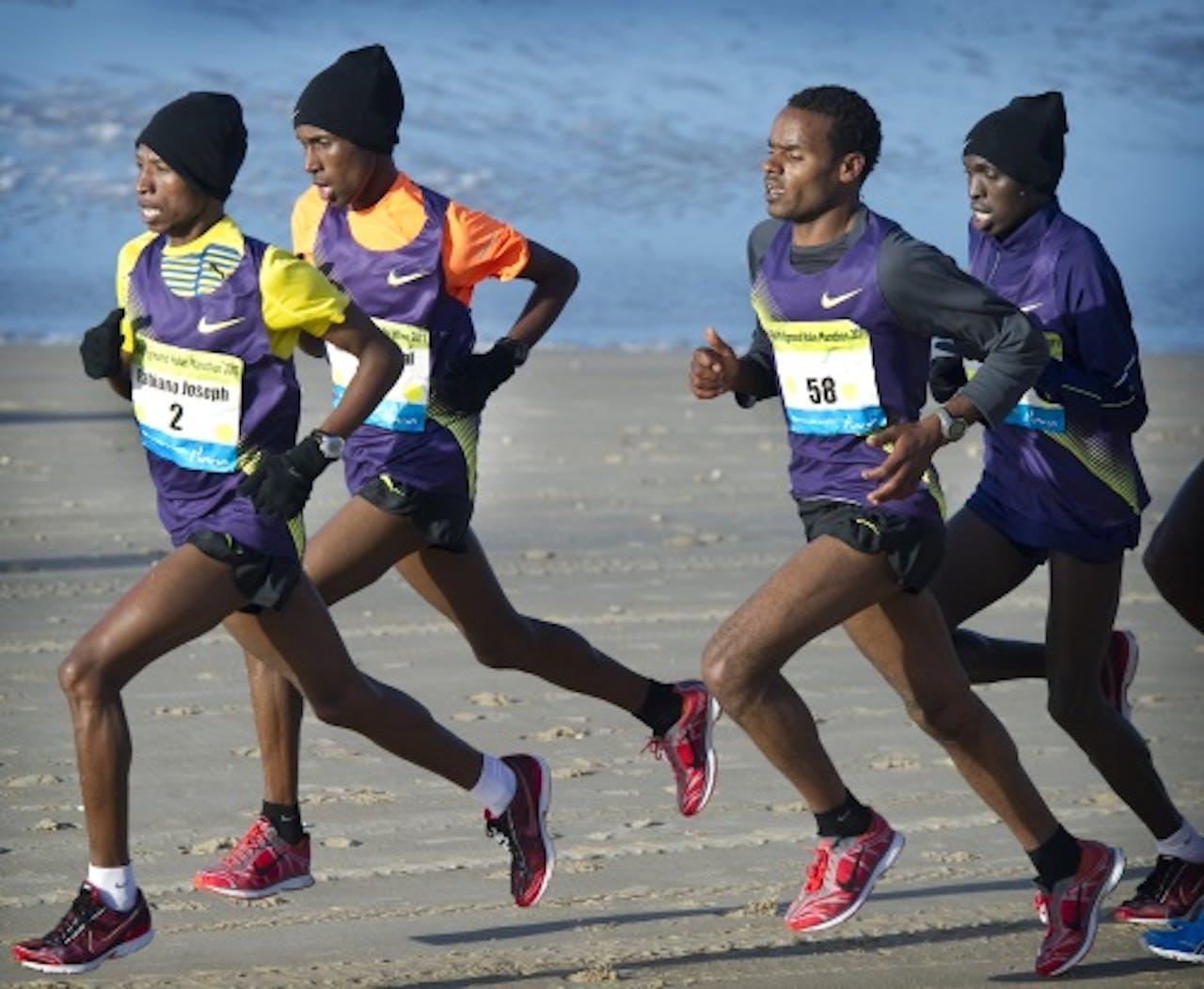 Abshero (tweede van rechts) tijdens de Egmond Halve Marathon. ANP