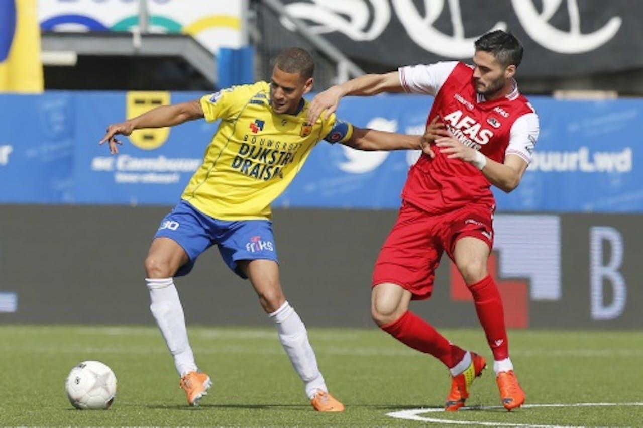 Ramon Leeuwin (L) van Cambuur in duel met Denni Avdic (R) van AZ. ANP PRO SHOTS