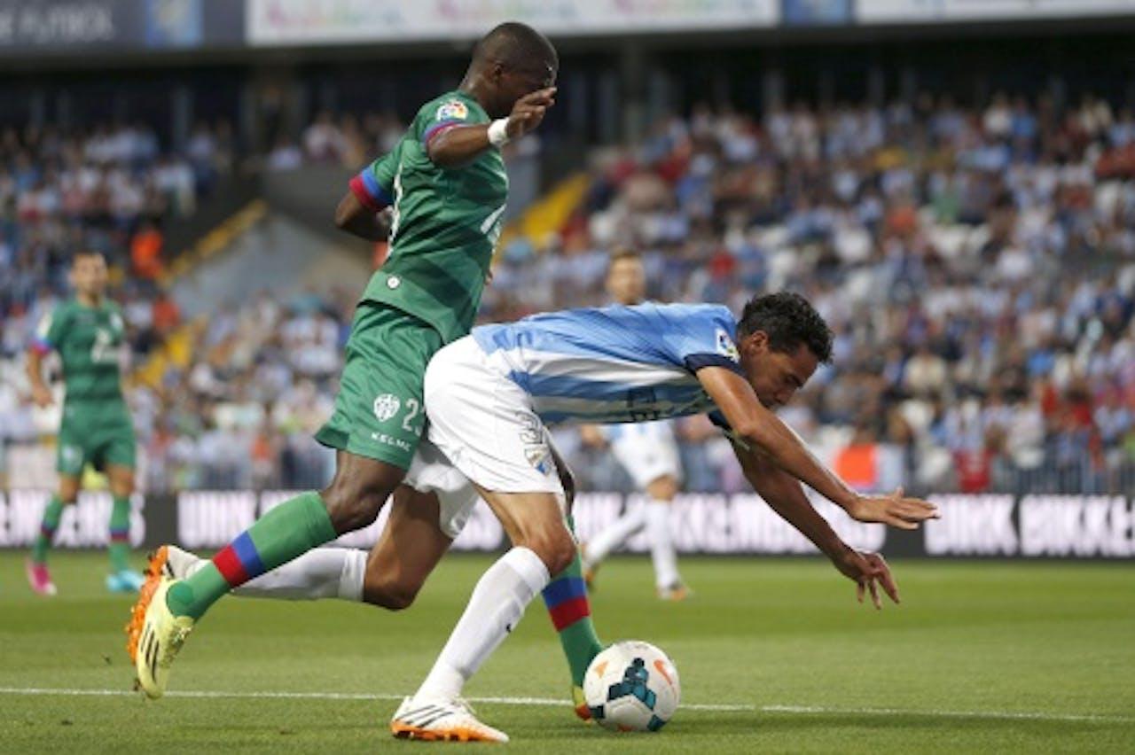 Papakouly Diop (L) van Levante in duel met Weligton Robson Pena de Oliveira (R) van Málaga. EPA