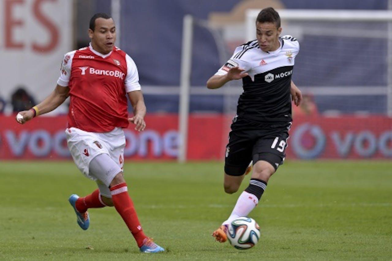 Edgar Pardo (L) van SC Braga in duel met Rodrigo Machado van Benfica. EPA