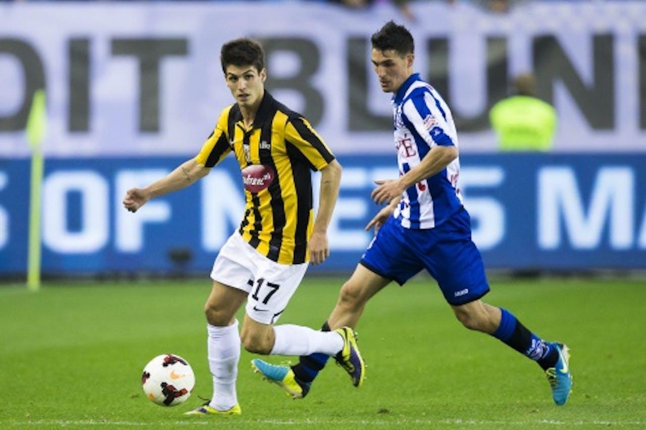 Lucas Piazon (L) van Vitesse in duel met Stefano Marzo (R) van sc Heerenveen. ANP PRO SHOTS