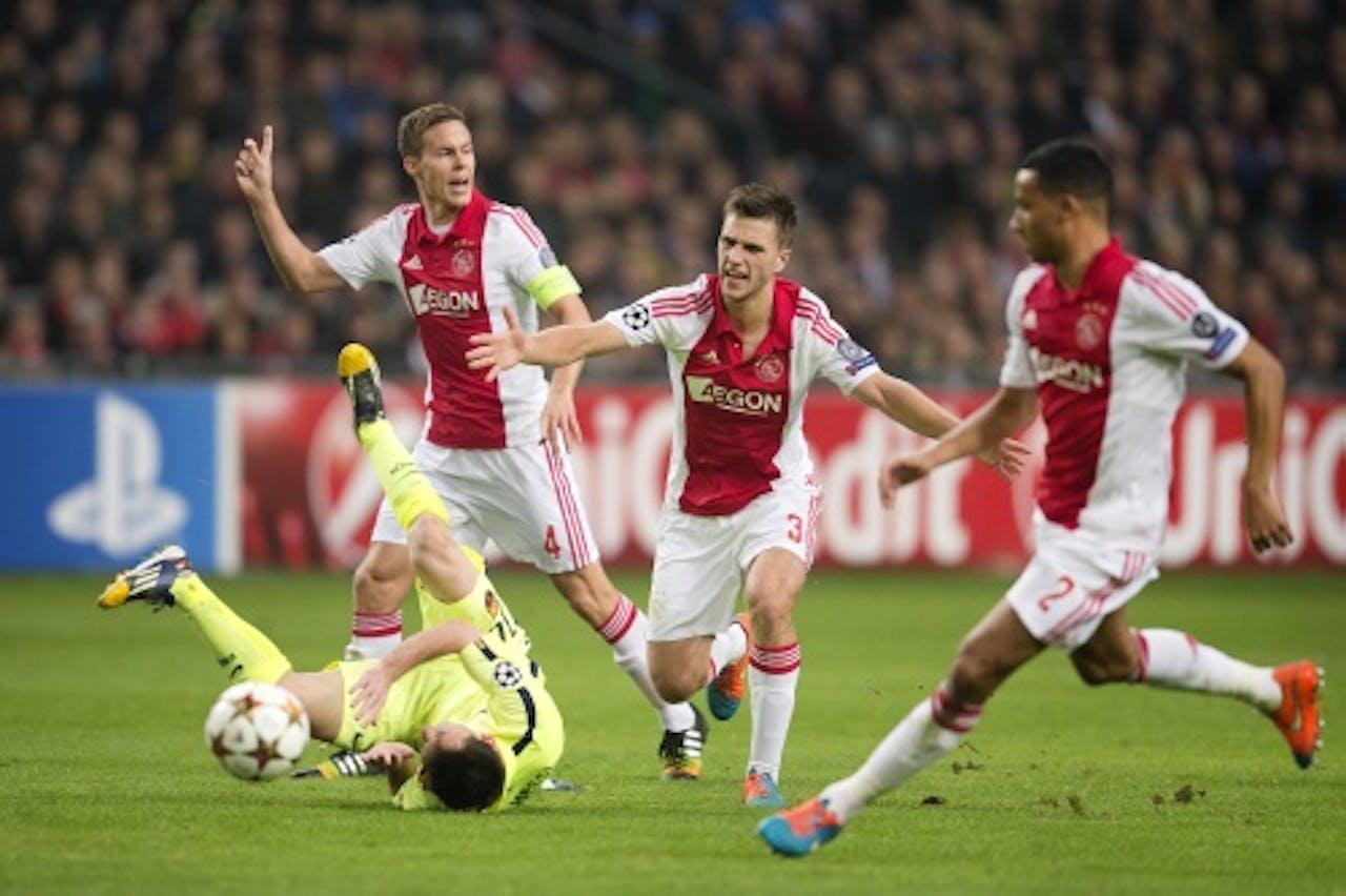 ANP Joel Veltman (M) maakt een overtreding op Lionel Messi (L).
