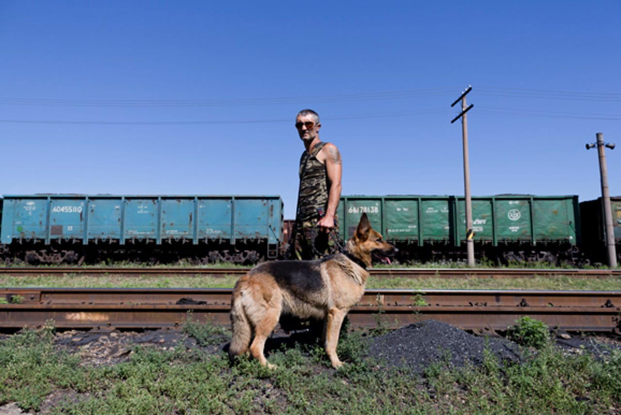 Een pro-Russische rebel bewaakt het station van Torez