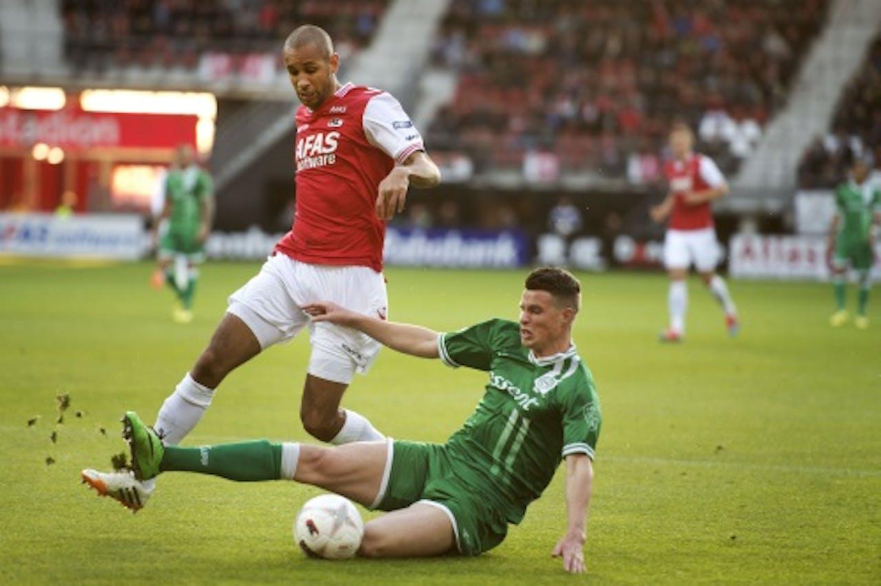 Simon Poulsen van AZ in duel met FC Groningen-speler Hans Hateboer (R). ANP