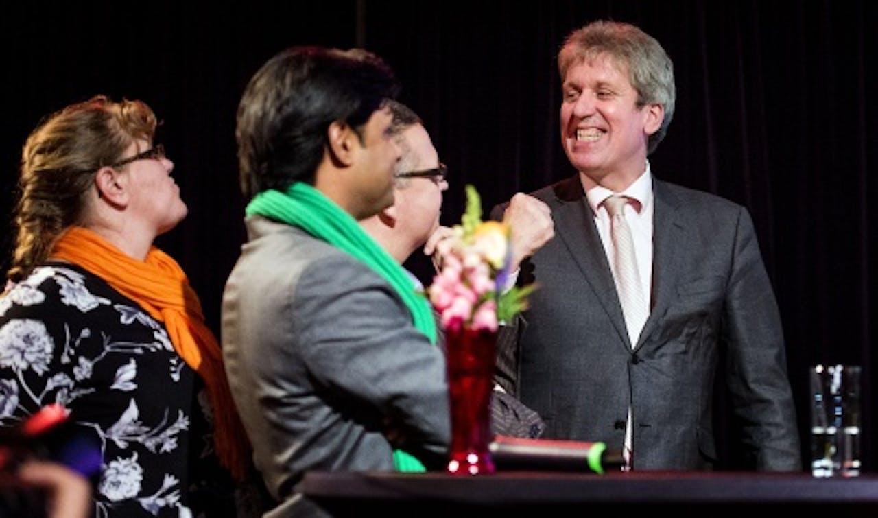 Victor Kloos (R) lijsttrekker voor de partij OPA op het podium tijdens de verkiezingsavond in de grote kerk in Alkmaar. (ANP)