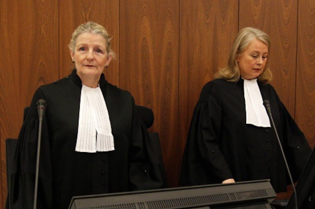 De advocaten-generaal (AG's) C.A. van Beuningen (L) en M. Bakker (R) voor aanvang van de bekendmaking van de strafeis in het hoger beroep in de Amsterdamse zedenzaak. ANP
