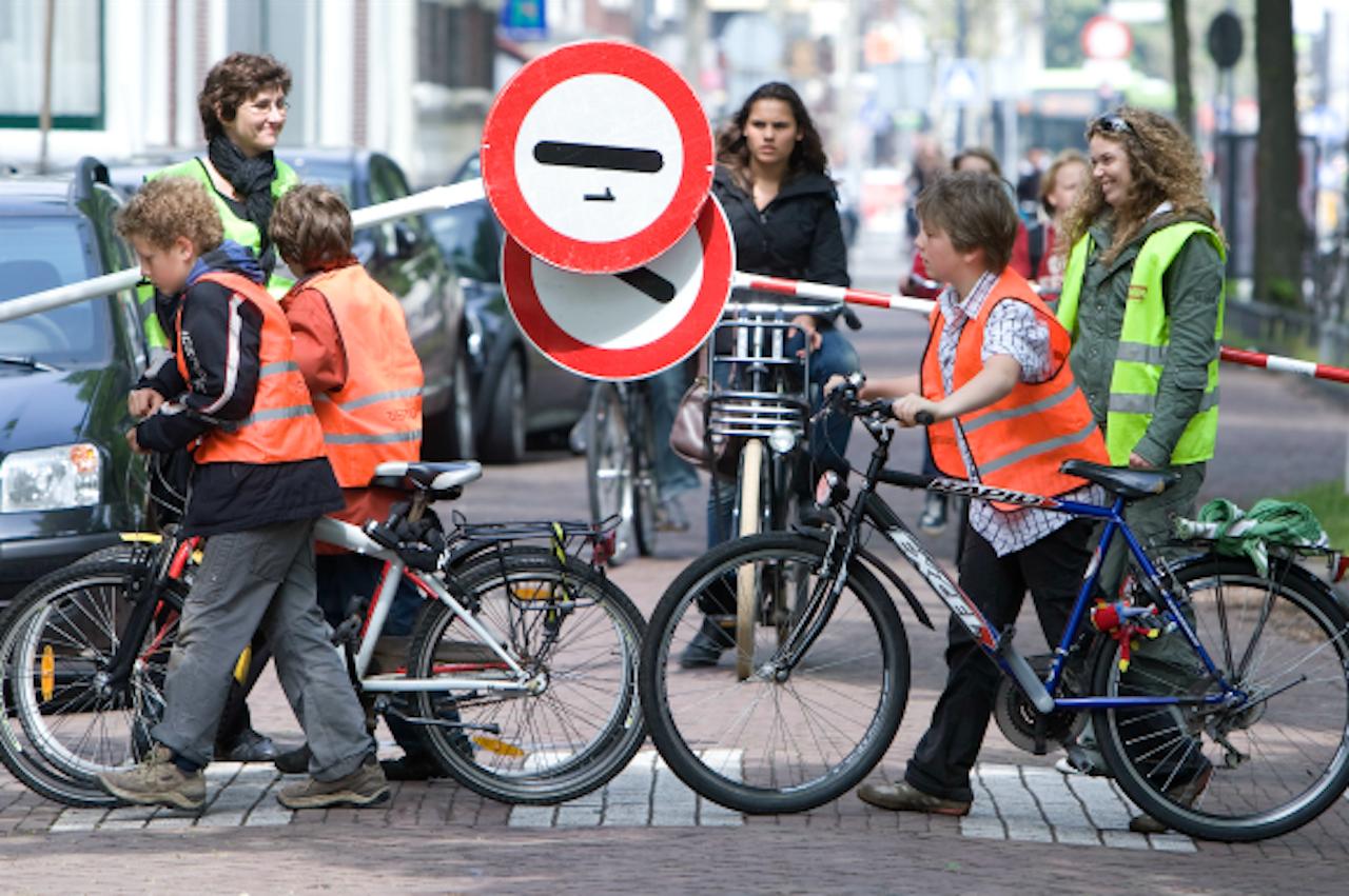 Vrijwilligers zorgen voor veiligheid bij een oversteekplaats bij een school in Haarlem