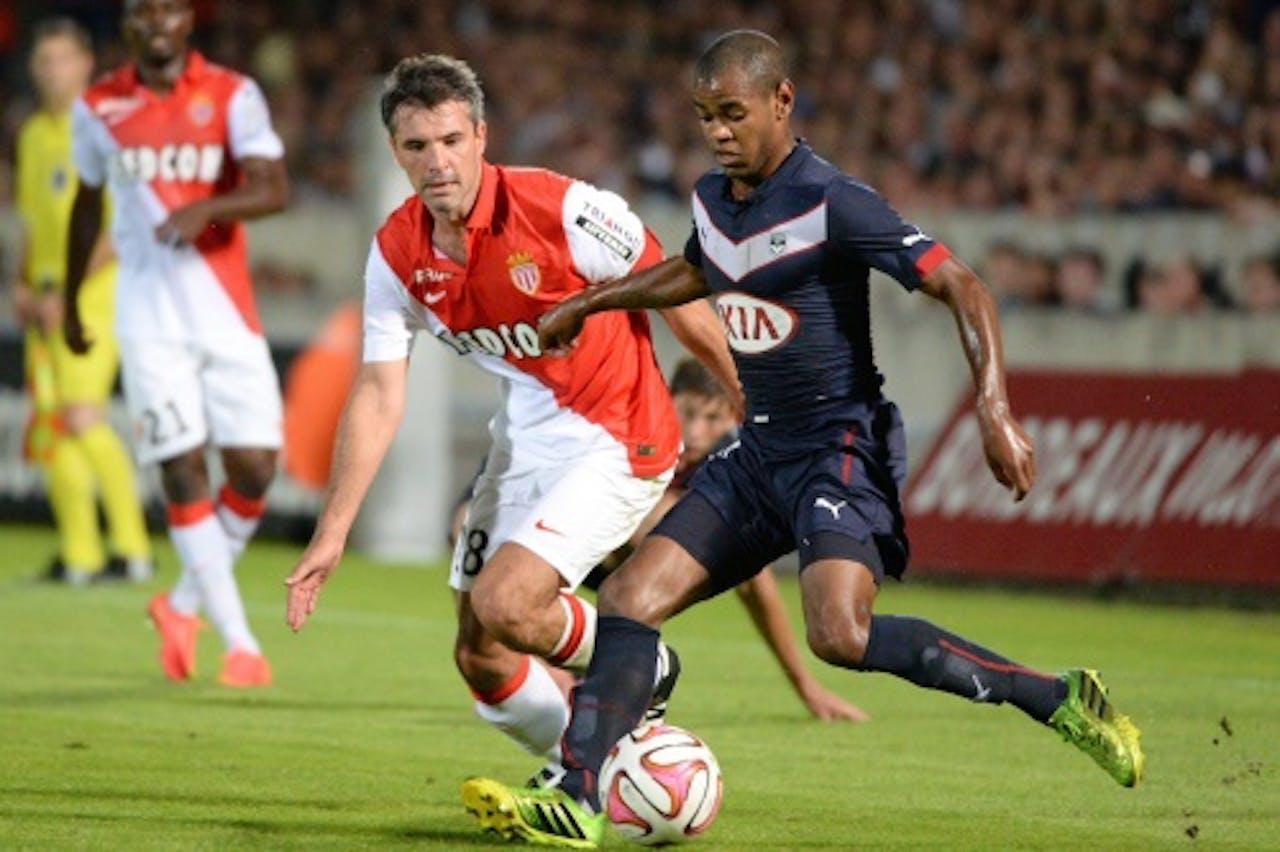 Diego Rolan (R) van Bordeaux in duel met Jeremy Toulalan (L) van AS Monaco. EPA