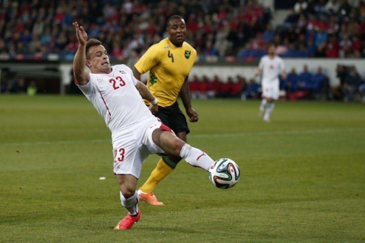 Xherdan Shaqiri (L) van Zwitserland in duel met Wes Morgan van Jamaica. EPA