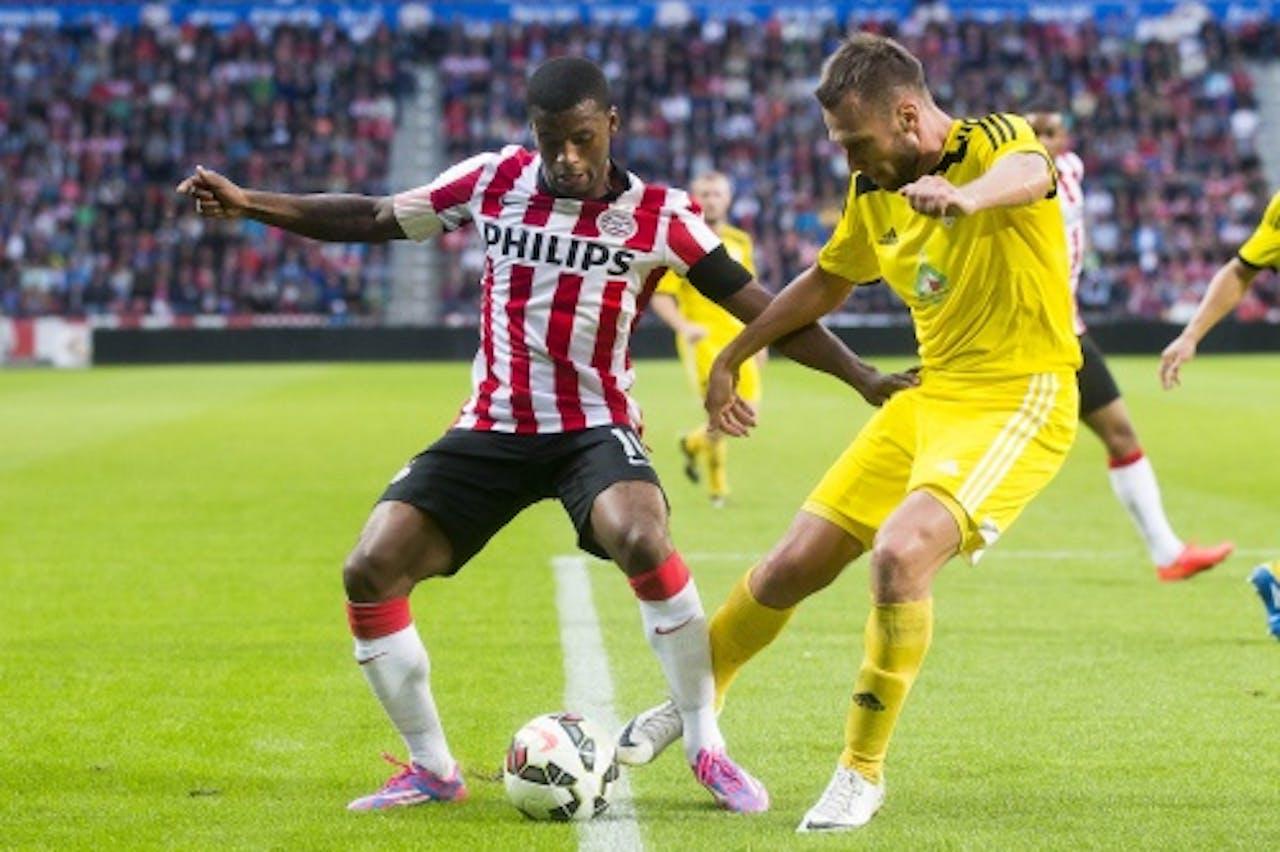 Georginio Wijnaldum (L) van PSV in duel met Illia Galiuza van Shakhtyor Soligorsk. ANP PRO SHOTS