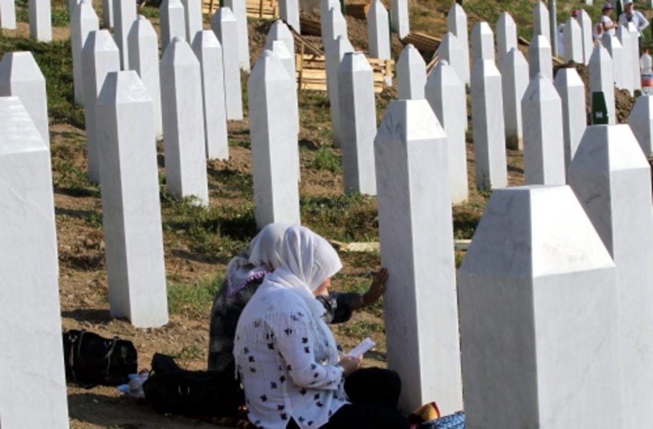 Vrouwen bidden bij het herdenkingsmonument in Srebrenica (11-07-2012). EPA