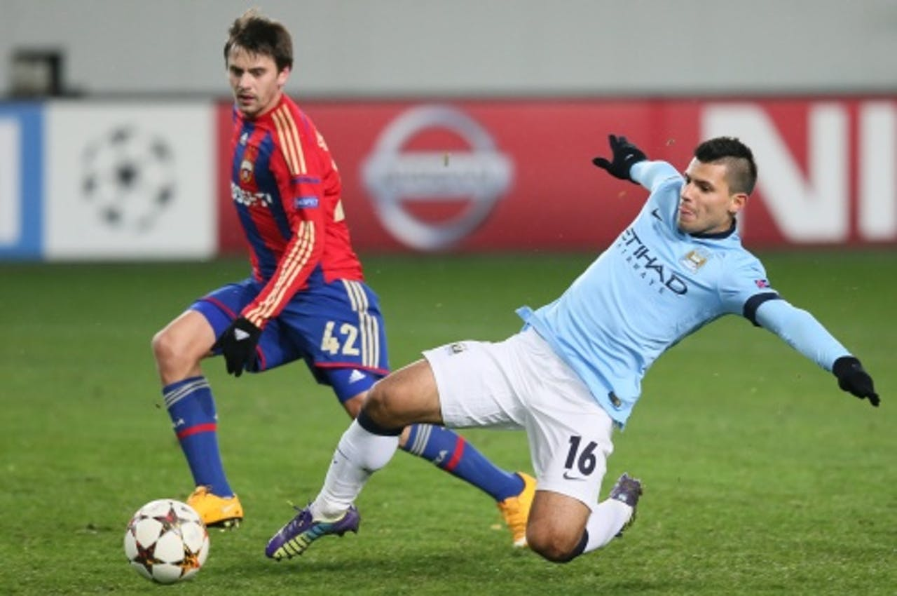 Georgi Schennikov (L) van CSKA Moskou in duel met Sergio Aguëro (R). EPA