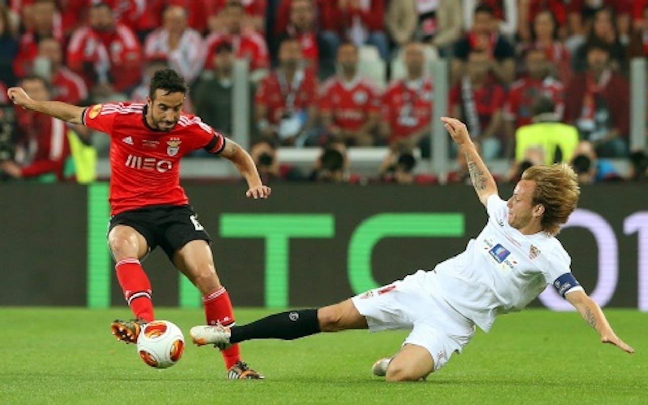 Ruben Amorim (L) van Benfica in duel met Ivan Rakitic van Sevilla. EPA