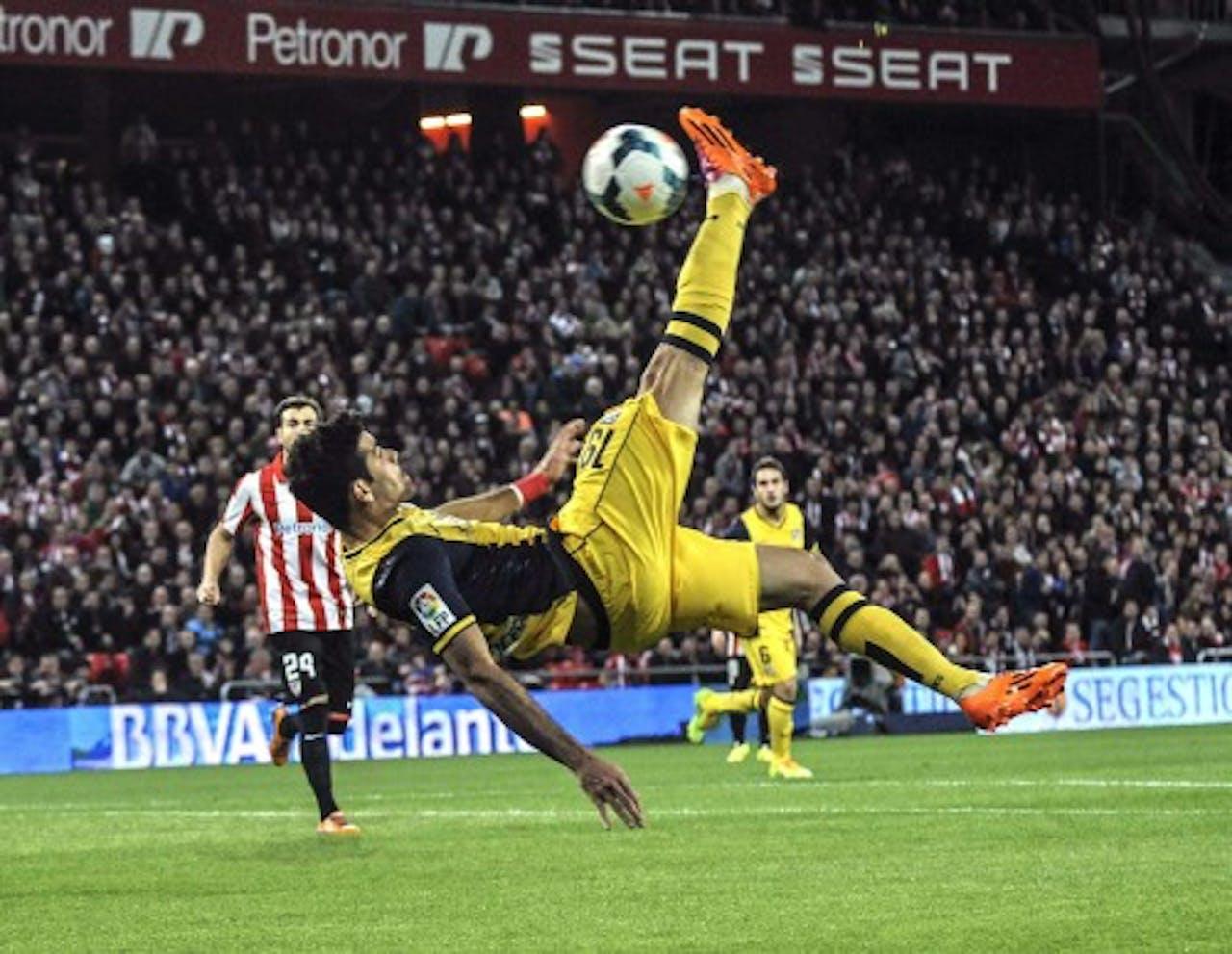 Diego Costa van Atlético Madrid maakt een omhaal tegen Athletic Bilbao. EPA