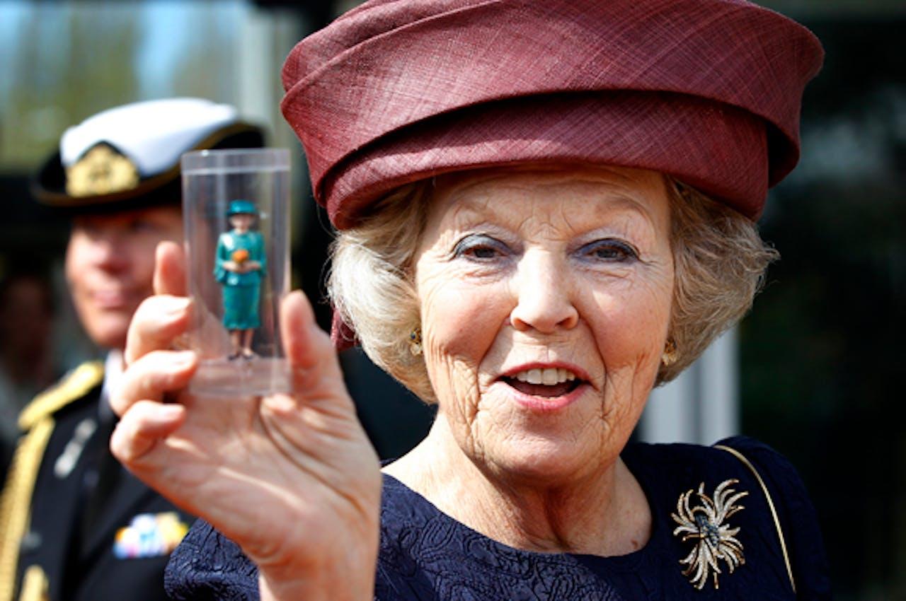 Koningin Beatrix neemt een miniatuur van haarzelf in ontvangst tijdens de opening van het vernieuwde Madurodam, 2012.