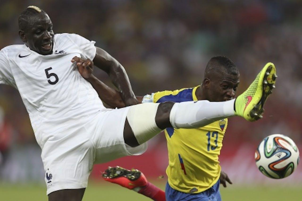 Mamadou Sakho (L) van Frankrijk in duel met Enner Valencia (R) van Ecuador. EPA