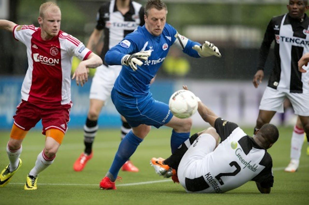 Pasveer in duel met Davy Klaassen van Ajax. ANP