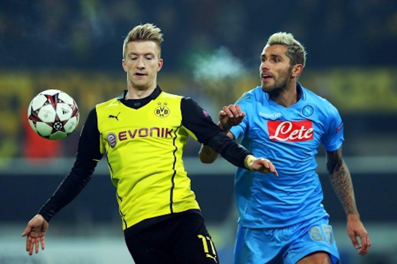 Marco Reus (L) van Borussia Dortmund in duel met Valon Behrami (R) van Napoli. EPA