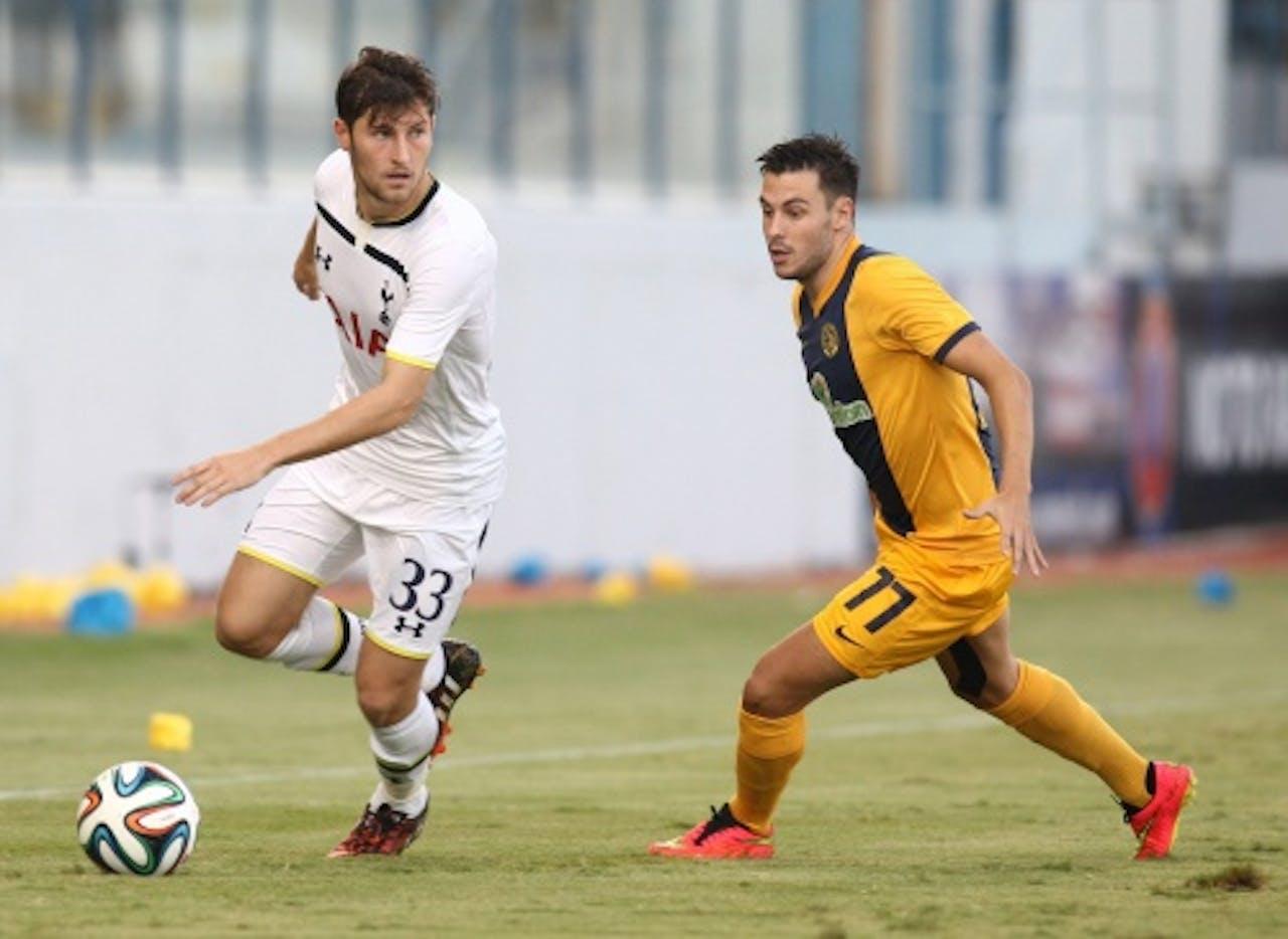 Ben Davies van Tottenham Hotspur in duel met Adrian Sardinero (R) van AEL. EPA