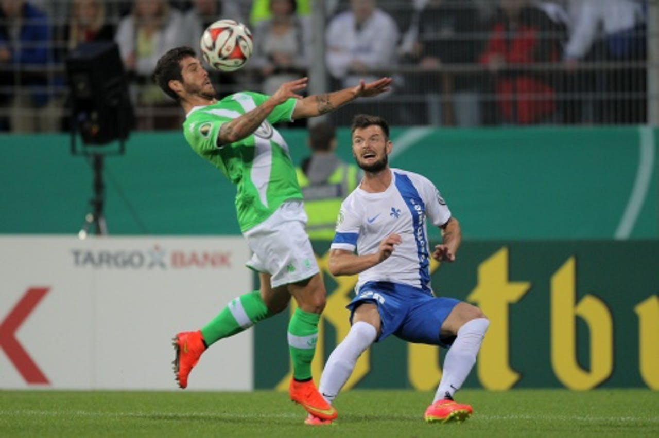 Marcel Heller (R) van Darmstadt in duel met Vieirinha (L) van Wolfsburg. EPA