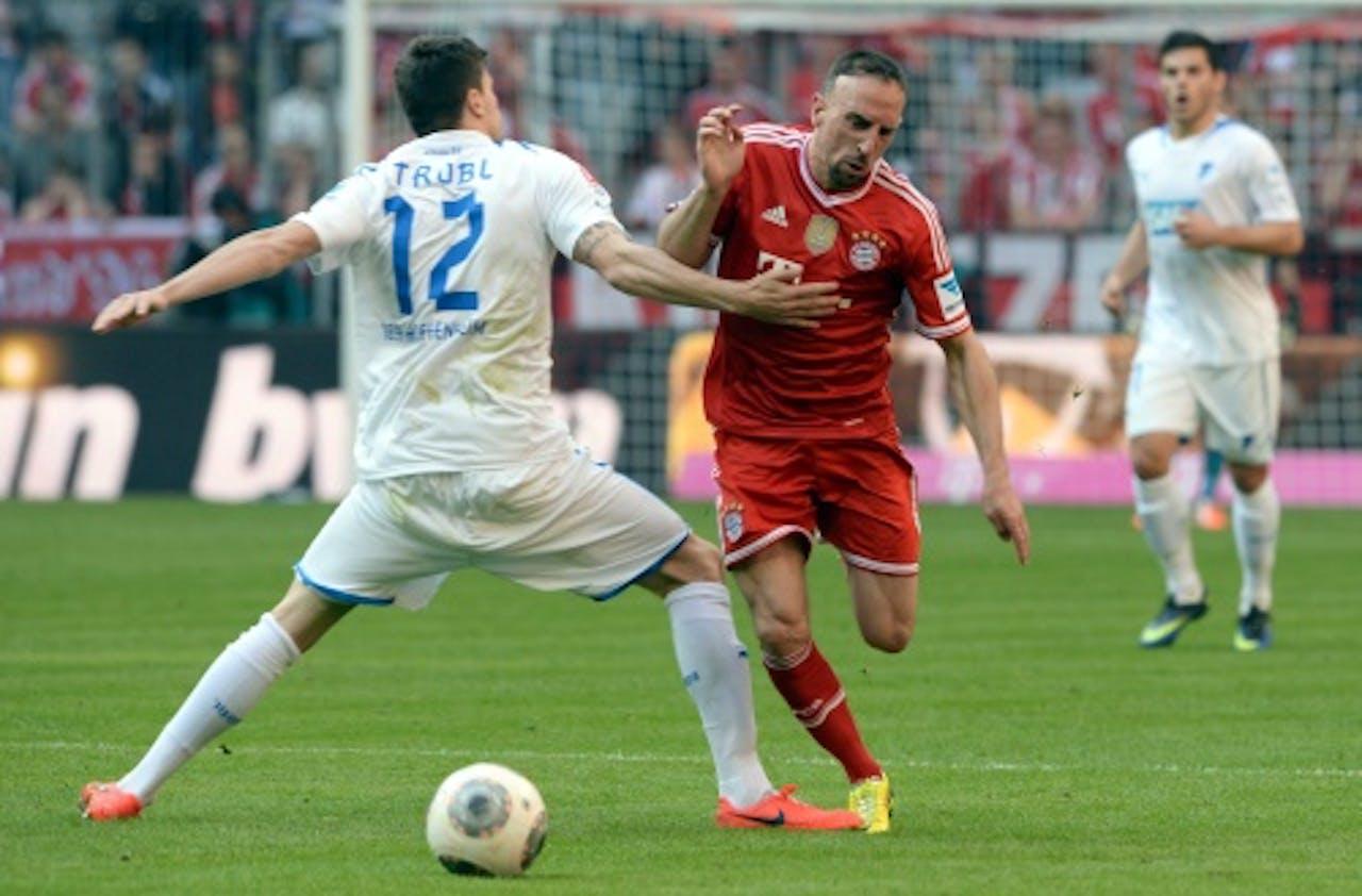 Tobias Strobl (L) van Hoffenheim in duel met Franck Ribéry van Bayern. EPA
