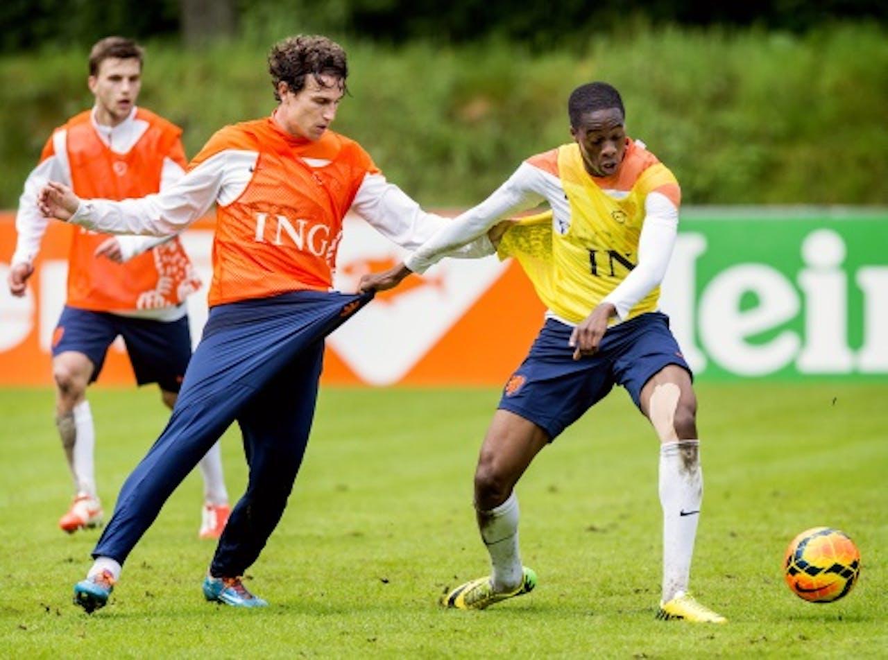 Kongolo in duel met Janmaat op training Oranje. ANP