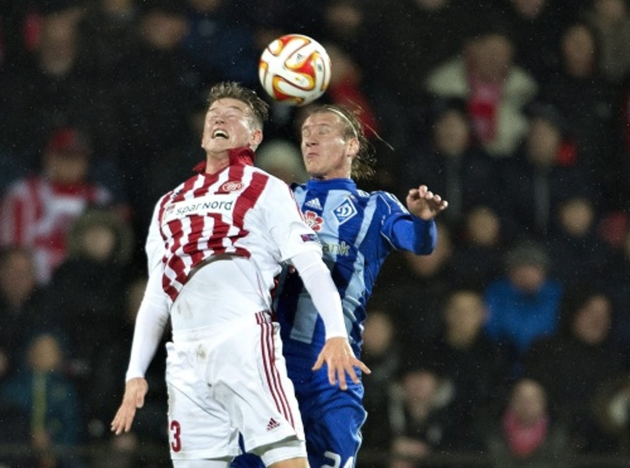 Nicolaj Thomsen (L) van Aalborg BK in duel met Domagoj Vida van Dynamo Kiev. EPA