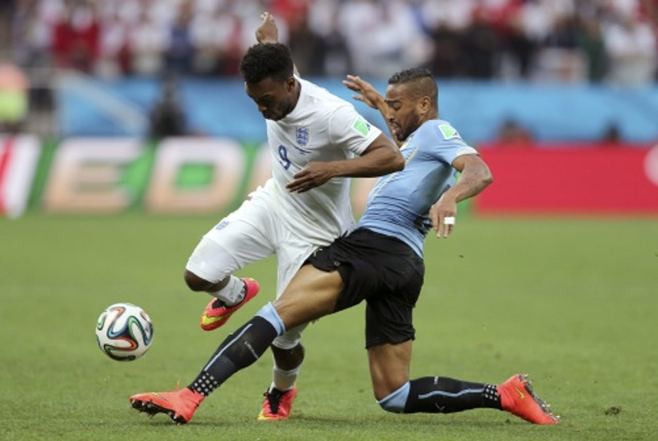 Álvaro Pereira (R) van Uruguay in duel met Daniel Sturridge van Engeland. EPA