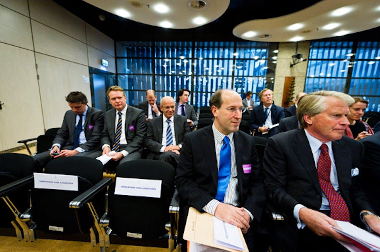 Wim Mijs (blauwe das) naast voorzitter NVB Boele Staal