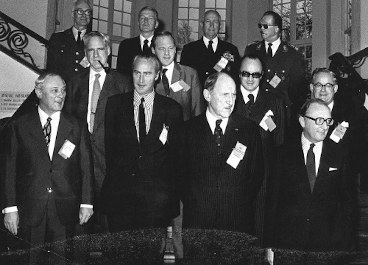 James Schlesinger (middelste rij, eerste van links). ANP